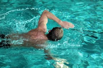Mann beim Schwimmen, Kraulstil