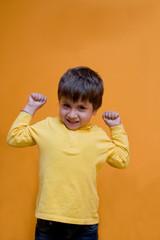 bambino che fa i muscoli