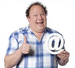 homme heureux adepte d'internet