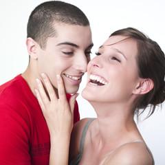 jeune couple s'amusant se caressant