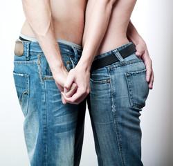 bassins de couple d'amoureux en pantalons de jeans