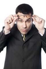 jeune homme observant audessus de ses lunettes
