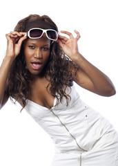 jeune femme métisse frimeuse avec des lunettes de soleil