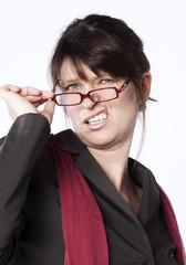 femme entrepreneur critique grinçant des dents
