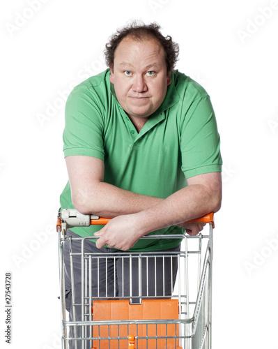 homme indécis au supermarché courses