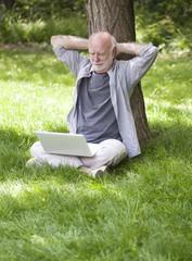bien vieillir senior actif dehors avec pc