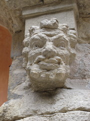 pilier sculpté dans une cour de Dijon