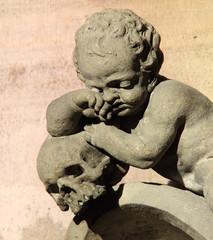 Statue d'enfant pleurant sur la mort