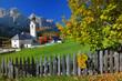 Dorf im herbstlichen Südtirol