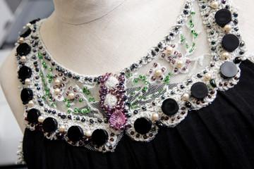 perles brodées sur robe
