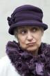 vieille dame excentrique au chapeau violet