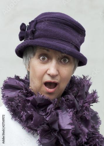vieille dame outrée étonnée
