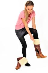 Frau zieht Schuhe an