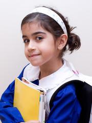 bambina con cartella scolastica