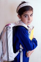 bambina con zaino per la scuola