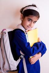bambina va a scuola