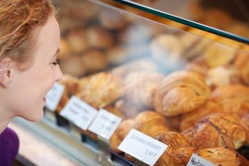kundin in der bäckerei