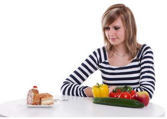 Junge Frau schaut auf Kuchen