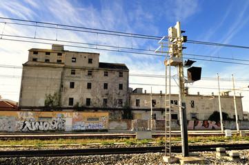 Vecchio edificio vicino a stazione ferroviaria