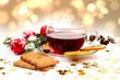 Leinwandbild Motiv Glühwein Weihnachtspunsch Christbaumkugeln Orangenschalen Zimts