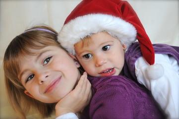 Schwestern mit Weihnachtsmannmütze