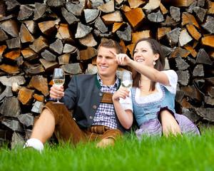 Frau und Mann in Wiese, sie deutet auf etwas