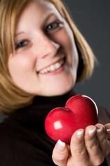 Frau verschenkt ein Herz