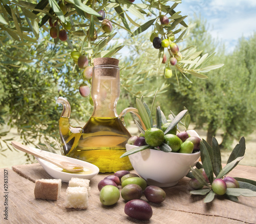 Oil and olives © hiphoto39