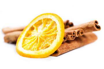 Orangenscheibe und Zimtstangen