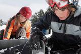 Jugendliche bei der Vorbereitung zum Snowboarden