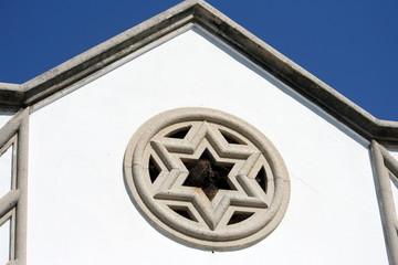 facciata di sinagoga con stella di David