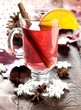 frischer Glühwein in Tasse zur Weihnachtszeit