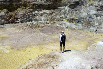 turista sul cratere di un vulcano