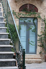 entrata di una casa con edera sui muri