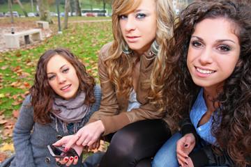 ragazze amiche al parco