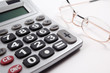 fondo de negocios con calculadora y gafas aislados en blanco