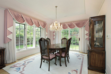 Dining room with pink draperies