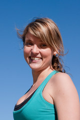 jeune femme souriante sur fond bleu