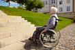Rollstuhlfahrer vor Treppenstufen