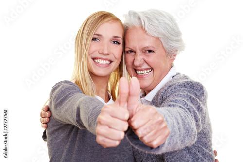 Oma und Enkeltochter halten Daumen hoch