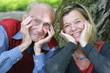 Generationen: rüstiger Großvater mit Enkelin - lachend