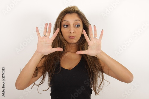 Junge Schönheit schaut überrascht auf ihre Hände