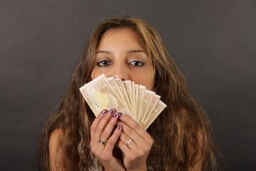 Hübsche Frau küsst Geld