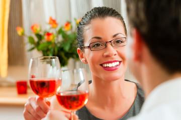 Paar trinkt gemeinsam Wein