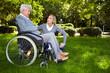 Frau redet mit Rollstuhlfahrerin im Park