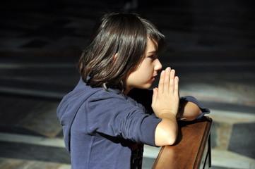 Mädchen betet in der Kirche