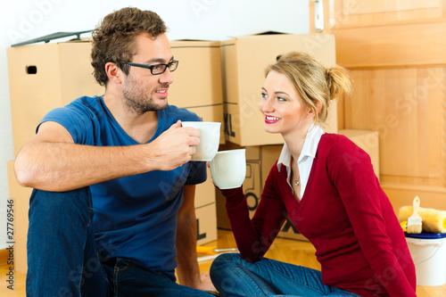 Junges Paar macht Pause bei Umzug oder Einzug