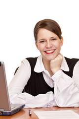 erfolgreiche Geschäftsfrau arbeitet am Schreibtisch im Büro