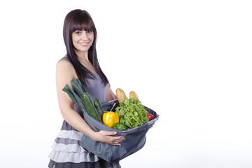 Hübsche Frau mit Einkaufstasche, Obst und Gemüse, quer