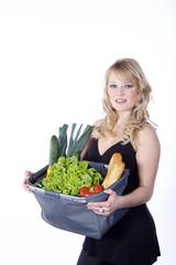 Hübsche Frau mit Einkaufstasche, Obst und Gemüse, schräg